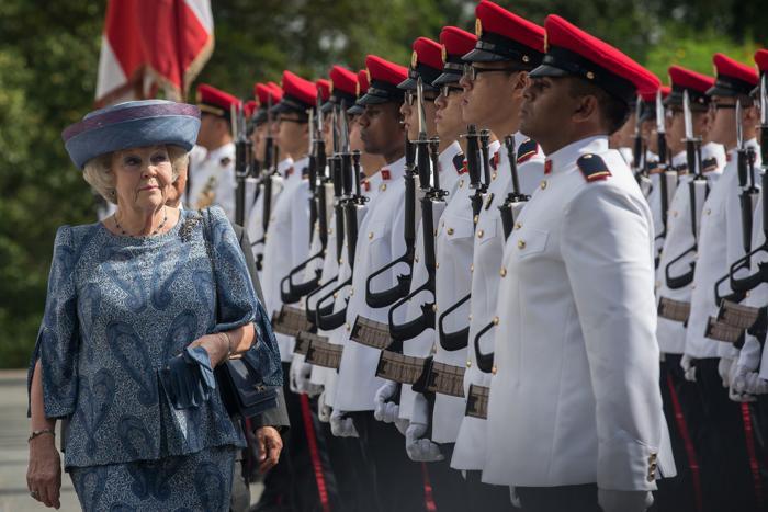 Королева Нидерландов Беатрикс осматривает почётный караул с президентом Сингапура Тони Таном, 24 января 2013 года. Фото: Chris McGrath/Getty Images
