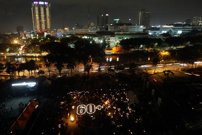 В Индонезии прошёл Час Земли. Фото:  JUNI KRISWANTO/AFP/Getty Images