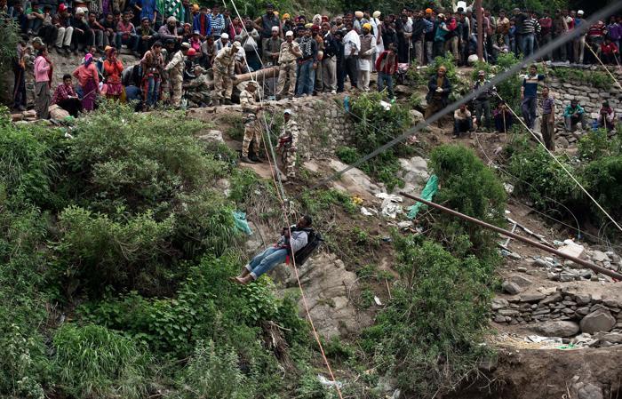 В Индии проводят спасательные операции, десятки тысяч людей ещё отрезаны от внешнего мира и находятся в опасности. Фото: MANAN VATSYAYANA/AFP/Getty Images