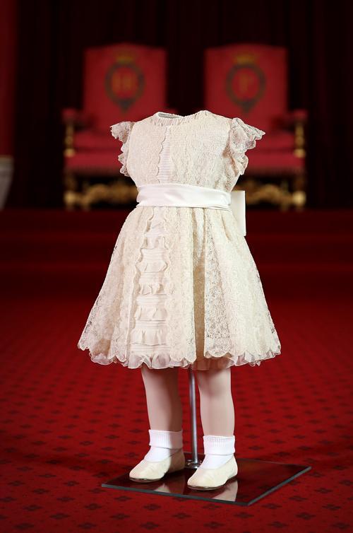 Каролин де Гито подготавливает наряды, которые носили двухлетняя принцесса Анна и четырехлетний принц Чарльз в день коронации королевы Елизаветы II. Фото: Peter Macdiarmid / Getty Images