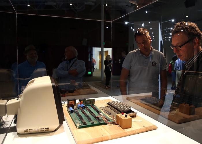 Компьютер Apple-1 вытсавлен на онлайн продажу аукционом Christies за $300 тысяч. Фото: Justin Sullivan/Getty Images