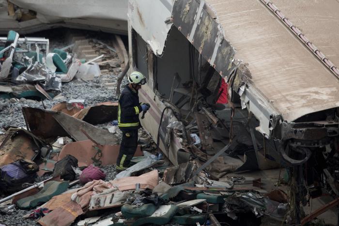 Крушение поезда в испанской области Галисия, недалеко от Сантьяго-де-Компостела, стало крупнейшим за 40 лет, погибло 77 человек. Фото: Pablo Blazquez Dominguez/Getty Images