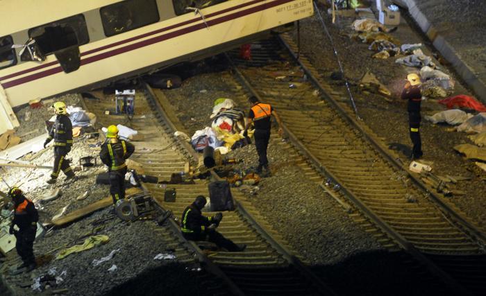 Крушение поезда в испанской области Галисия, недалеко от Сантьяго-де-Компостела, стало крупнейшим за 40 лет, погибло 77 человек. Фото: MIGUEL RIOPA/AFP/Getty Images