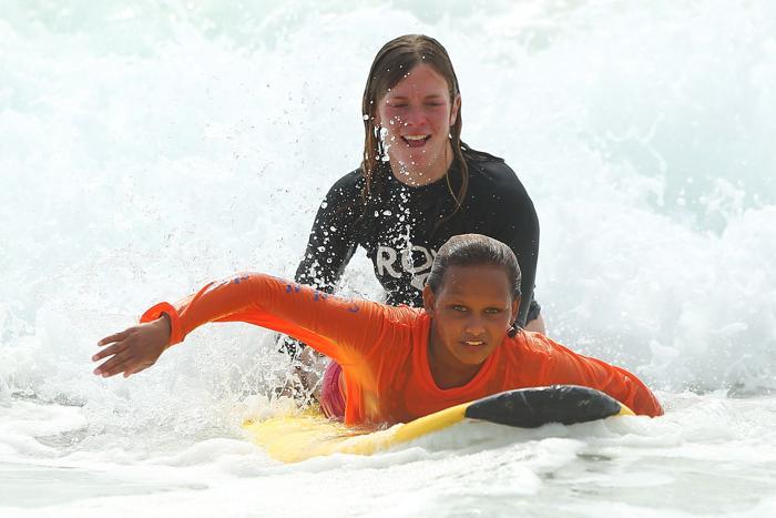 Опытные инструкторы обучают детей коренных народов Австралии катанию на сёрфе, 26 января 2013 года, Сидней.  Фото: Brendon Thorne / Getty Images