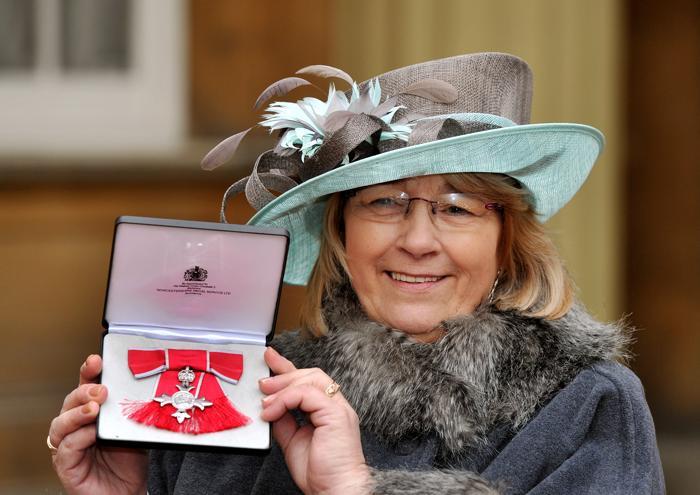 Кристина Керр держит орден члена Британской империи, врученный ей принцем Уэльским на церемонии инвеституры в Букингемском дворце, 25 января 2013 года. Фото: John Stillwell - WPA Pool/Getty Images
