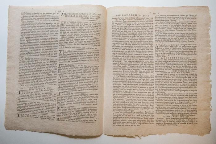 Первый газетная печать декларации независимости США от 6 июля 1776 года продана на аукционе директору Carlyle Group Дэвиду Рубинштейну. : Andrew Burton/Getty Images