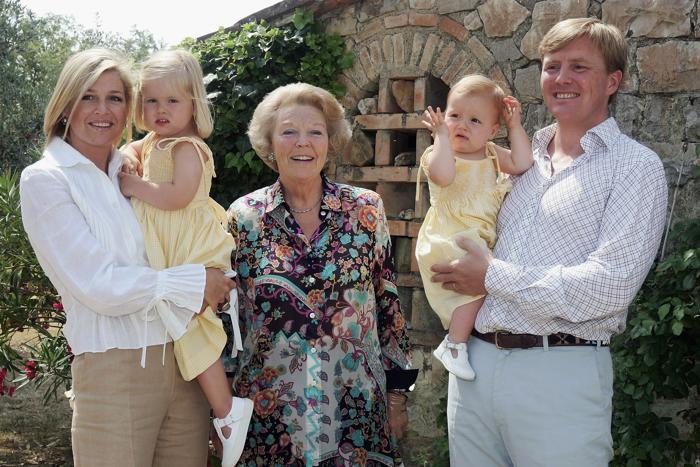 (Л-П) Наследный принц Нидерландов Виллем-Александр, принцесса Алексия, наследная принцесса Максима, королева Беатрикс и принцесса Амалия 6 июля 2006 года в Италии. Фото: Pascal Le Segretain / Getty Images