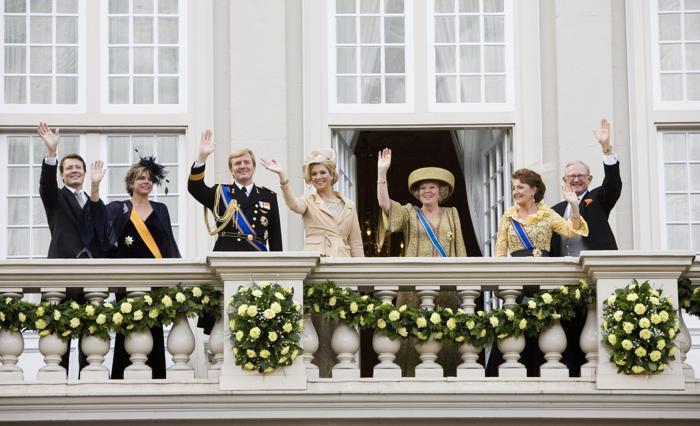 (Л-П) Принц Нидерландов Константин, принцесса Лорентин, принц Виллем-Александр, принцесса Максима, королева Беатрикс, принцесса Маргрит и Питер ван Волленхов во время празднования Дня принца в Гааге, 18 сентября 2007 года. Фото: Michel Porro/Getty Images