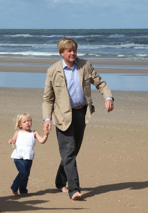 Наследный принц Виллем-Александр гуляет с дочерью Арианой, 20 июля 2009 года. Фото: Mark Renders/Getty Images
