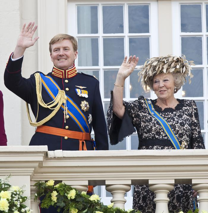 Королева Беатрикс и наследный принц Виллем-Александр на балконе дворца Noordeinde, 18 сентября 2012 года в Гааге, Нидерланды. Фото: Michel Porro/Getty Images