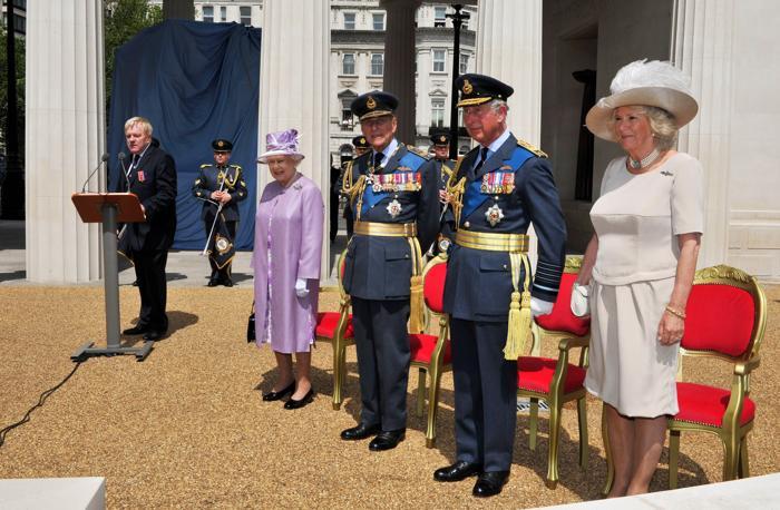 Королева Елизавета II, принц Филипп, герцог Эдинбургский, принц Чарльз, принц Уэльский и Камилла, герцогиня Корнуолла на открытии Мемориала в Лондоне, Англия. Фото: John Stillwell - WPA Pool/Getty Images