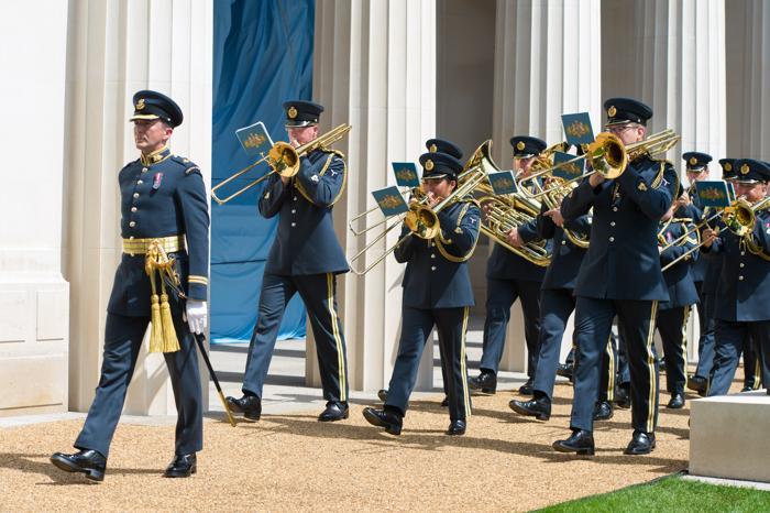 Оркестр марширует на открытии Мемориала бомбардировочной авиации в Лондоне, Англия. Фото: Ian Gavan / Getty Images