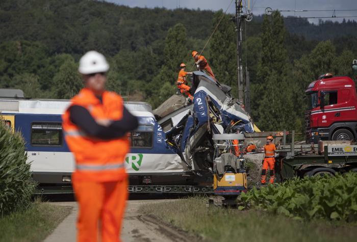 В результате железнодорожной аварии в Западной Швейцарии 29 июля 2013 года погиб машинист одного из двух столкнувшихся поездов, есть 35 пострадавших, 26 из которых ещё остаются в больнице. Фото: BORIS HEGER/AFP/Getty Images