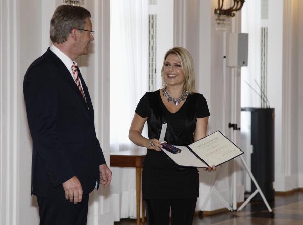 Фоторепортаж о награждении Жаннет Бидерман и Вольке Хегенбарт орденом Bundesverdienstkreuz. Фото: Andreas Rentz/Getty Images