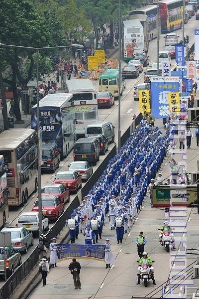 Процессию по улицам мегаполиса возглавил Небесный оркестр, улица Цим Ша Цуй. Фото: Великая Эпоха
