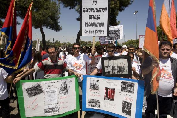 Армяне по всему миру отмечают 95 годовщину геноцида своего народа. Фото: AHMAD GHARABLI/AFP/Getty Images