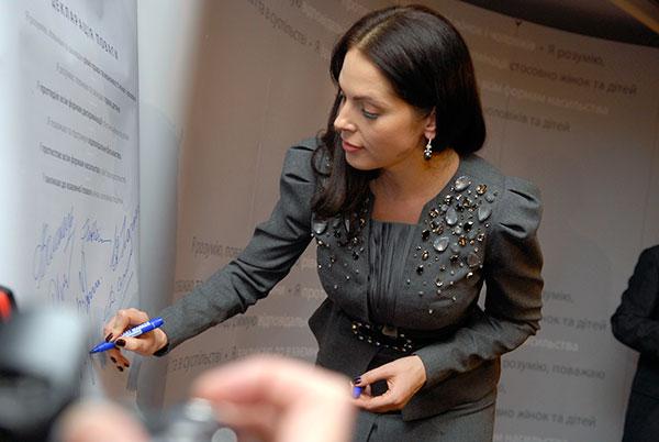 Влада Прокаева подписывает «Декларацию уважения» в Киеве. Фото: Владимир Бородин/Великая Эпоха/The Epoch Times