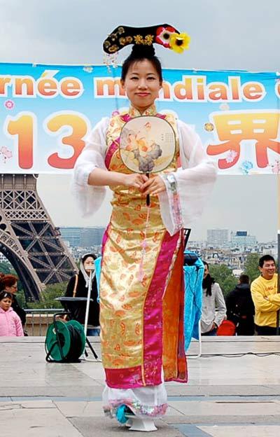 В Париже отпраздновали день Фалунь Дафа. Фото: Наталья Орьен/Великая Эпоха