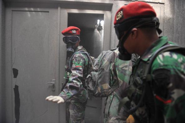 В Индонезии введено чрезвычайное положение. По всей территории работают поисковые и спасательные   команды. Фото: CLARA PRIMA/AFP/Getty Images