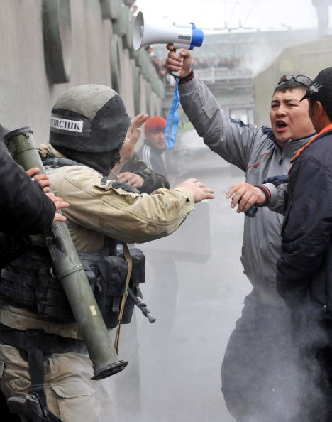 Кровопролитные столкновения в Киргизии. Фото: VYACHESLAV OSELEDKO/AFP/Getty Images