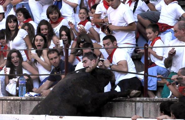 В испанском городе Тафалла бык покалечил 30 человек. Фото: ALBERTO GALDONA/AFP/Getty Images. Фото: JOSEP LAGO/AFP/Getty Images