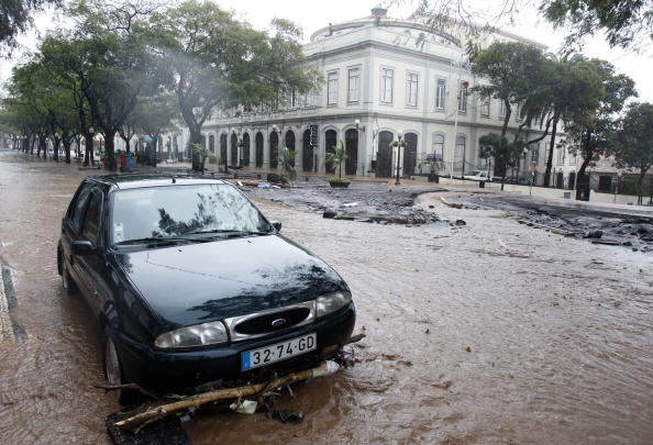 Жертвами наводнения и грязевых оползней на острове Мадейра стали по меньшей мере 40 человек. Фото: GREGORIO CUNHA/AFP/Getty Images