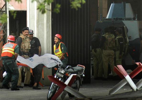Пакистан. В городе Лахор полиция освободила обе мечети, на которые были совершены вооруженные   нападения. Фото: Nadeem Ijaz/Getty Images