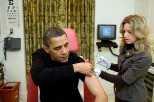 Медсестра Белого дома вводит Президенту США Бараку Обаме вакцину против   вируса H1N1. Фото Pete Souza/White House via Getty Images
