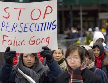Последователи Фалуньгун, живущие за пределами Китая, протестуют против преследования последователей Фалуньгун в Китае. Фото: Джефф Ненерелла/Великая Эпоха