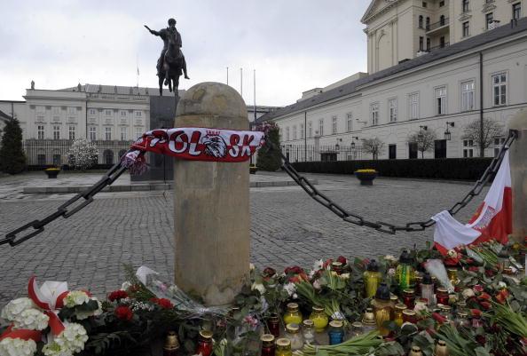 В Варшаве ко входу в президентский дворец поляки приносят цветы. Фото: JANEK SKARZYNSKI/AFP/Getty Images