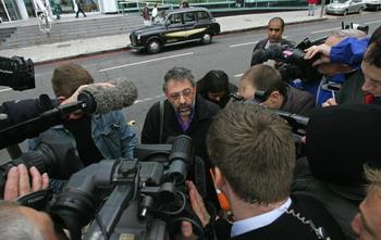 Александр Гольдфарб зачитал журналистам предсмертное письмо Александра Литвиненко. Фото: CARL DE SOUZA/AFP/Getty Images