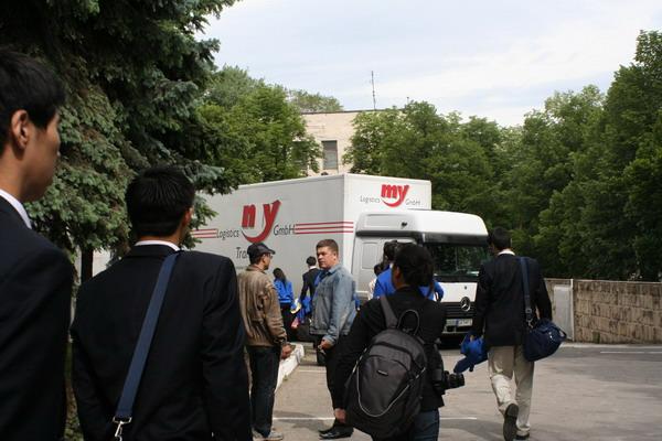 Артисты труппы Shen Yun Performing Arts и СМИ общаются с охраной театра. Фото: Светлана Ким/Великая Эпоха