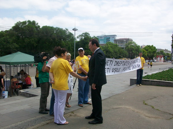 К протестующим вышел министр юстиции Республики Молдова, Тэнасе Александр. Фото:Великая Эпоха (The Epoch Times)