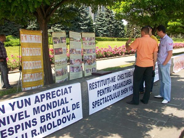 Протест перед зданием правительства Республики Молдова организаторов и зрителей несостоявшегося спектакля  Shen Yun  Performing Arts. Фото: Великая Эпоха (The Epoch Times)