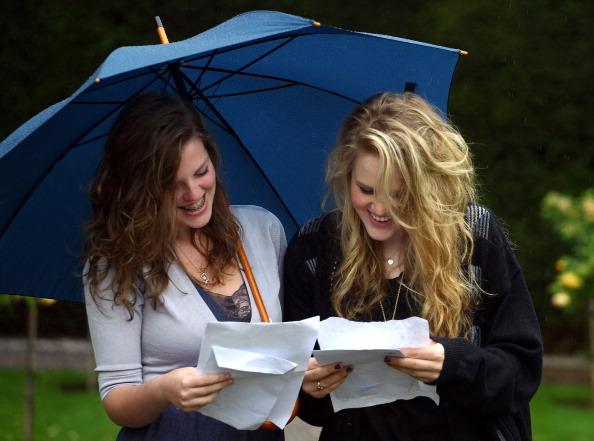 Фоторепортаж  о выпускниках школ в Великобритании, получивших результаты своих экзаменов. Фото: Matt Cardy/Getty Images