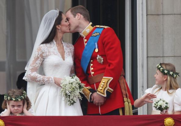 Молодожены Уильям и Кейт поприветствовали зрителей с балкона Букингемского дворца. Фото: Peter Macdiarmid/Getty Images
