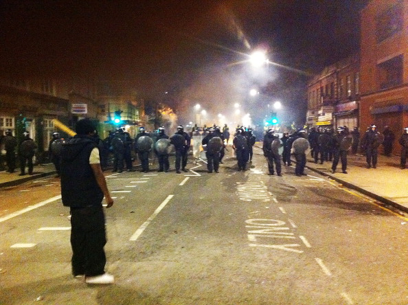 Уличные беспорядки в Лондоне начались в субботу вечером, 6 августа, в знак протеста против произошедшего в четверг, 4 августа. Тогда полицейские застрелили 29-летнего местного жителя. Стало известно, что убитый молодой человек также стрелял в полицейского, но пуля попала в его рацию. Фото:LEON NEAL/AFP/Getty Images