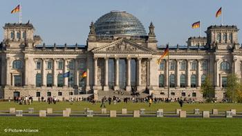 Женщина подожгла себя перед Рейхстагом в Берлине. Фото с dw-world.de