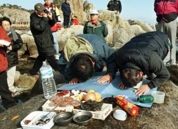 Корейцы в горах Кымган. Туристической комплекс служил символом примирения между Северной и Южной Кореями. Фото: n-tv