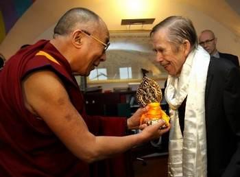 Вацлав Гавел встретился с Далай-ламой в своём офисе в Старом Городе. Гавел получил от Далай-ламы в подарок белый платок и золотое колесо, символ духовного развития и защиты. Фото: forum2000.cz