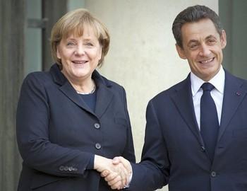 Президент Франции, Николя Саркози, пожимает руку канцлеру Германии Ангеле Меркель, перед рабочим обедом в Елисейском дворце в Париже 5 декабря, где будут обсуждаться детали плана по спасению евро. Фото: Lionel Bonaventure /AFP /Getty Images