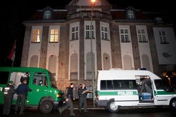 Полиция была вынуждена арестовать около 30 протестующих, проникших в сирийское посольство в Берлине. Фото с stern.de