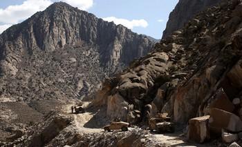 На востоке Афганистана в провинции Пактика террорист-смертник взорвал  мощное взрывное устройство. Фото: Spencer Platt /Getty Images
