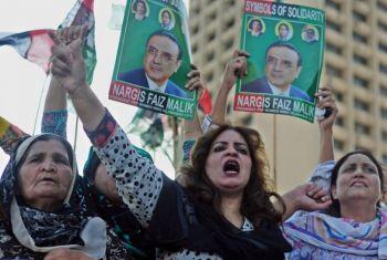 ПОДДЕРЖКА: Активисты правящей Пакистанской народной партии маршируют к парламенту во время митинга в Исламабаде 14 мая 2011 года, в поддержку президента Асифа Али Зардари. Фото: Фарук Наим /AFP /Getty Images