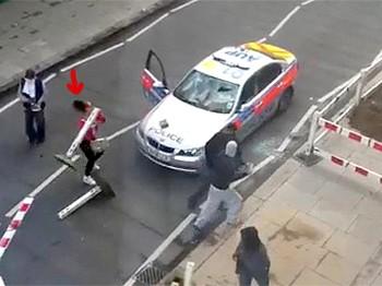 Челси Айвз (отмечена стрелкой) нападает на полицейскую машину. Фото с thesun.co.uk