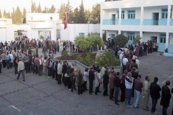 Большое скопление народа во время первых свободных выборов в Тунисе. Фото: dpa