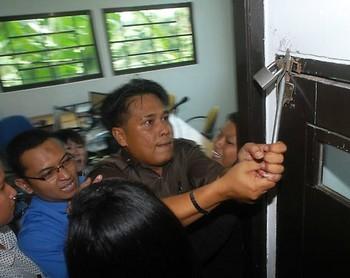 Индонезийские чиновники взламывают помещение радиостанции «Эра Бару». Фото: Великая Эпоха (The Epoch Times)