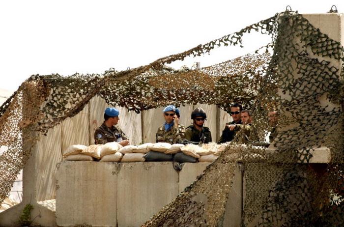 Армия совместно с представителями миротворческих сил ООН в Ливане ЮНИФИЛ установила заграждения на дорогах для предотвращения столкновений в пограничном районе. Фото: MAHMOUD ZAYYAT/AFP/GettyImages)