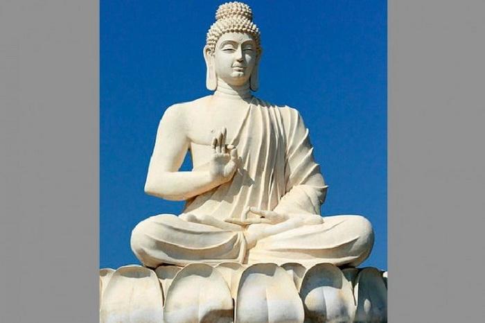 Будда  Шакьямуни. Статуя, расположенная возле пещер в штате Андхра-Прадеш, Индия. Будда был принцем по рождению, но решил отказаться от королевского титула и посвятить себя духовному росту после того, как испытал на себе страдания человеческой жизни. Фото: Purshi/ Wikimedia Commons