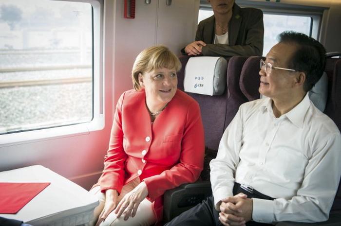 Канцлер Германии Ангела Меркель во время двухдневного визита в Китай путешествует с премьер-министром Китая Вэнь Цзябао на скоростном поезде из Пекина в Тяньцзинь, 31 августа. Правозащитные организации критикуют Меркель за то, что она сфокусировалась исключительно на торгово-экономических связях. Фото: Guido Bergmann/Bundesregierung-Pool via Getty Images